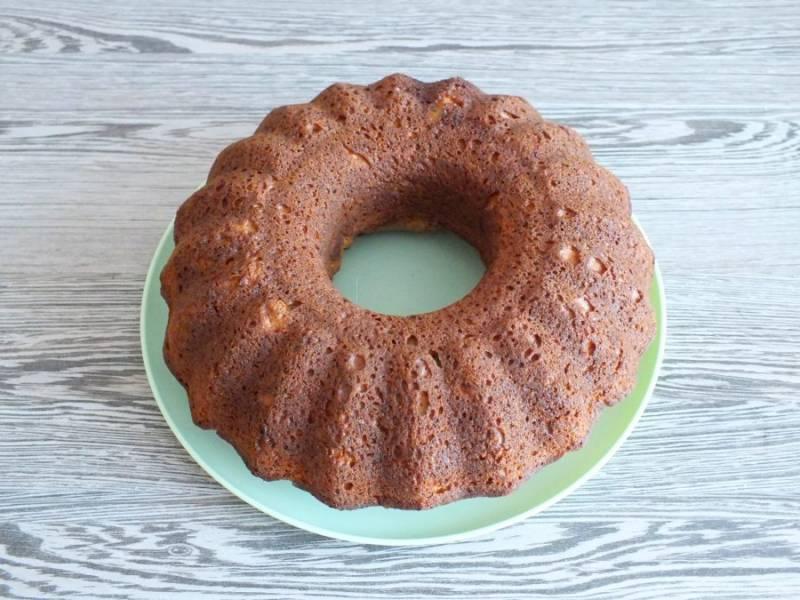 Переложите кекс на блюдо. Охладите.