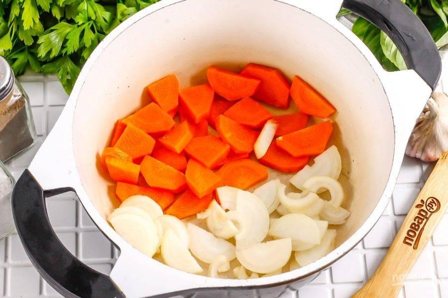 Нарежьте крупными ломтиками морковь, лук — полукольцами. Выложите на дно казана, влив немного растительного масла.