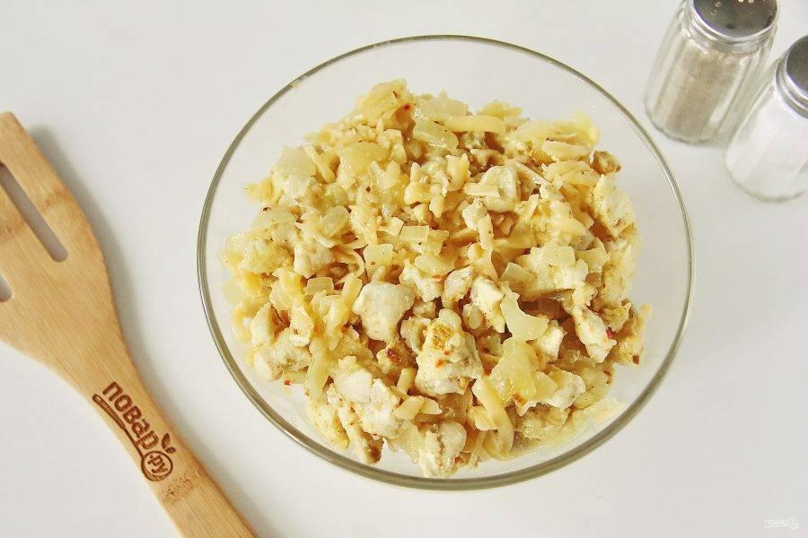 Переложите содержимое сковороды в тарелку, добавьте тертый сыр и перемешайте. Начинка готова.