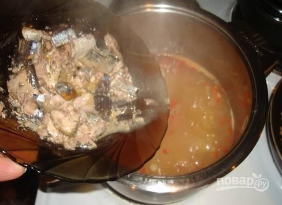 5.Через 20 минут кладу в кастрюлю лук и морковь, добавляю размятую вилкой сайру и перемешиваю, варю 5 минут.
