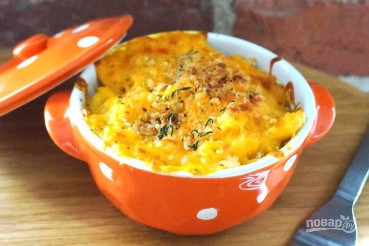 4. Поместите макароны в емкость для выпечки. Сверху посыпьте оставшимся натертым сыром, панировочными сухарями и перцем. Готовьте запеканку в духовке до зажаристой сырной корочки. Приятного аппетита!