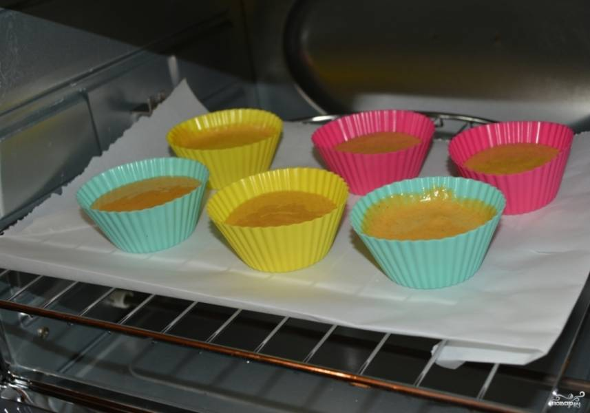 7. Заливаем в формочки тесто и отправляем в разогретую до 200 градусов духовку.