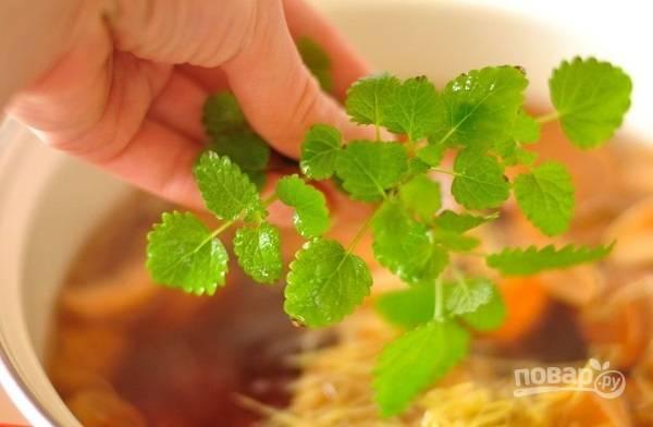 3. В готовый компот можно добавить сахар, веточку мяты или мелиссы. Снимите с огня, оставьте под крышкой до полного остывания.