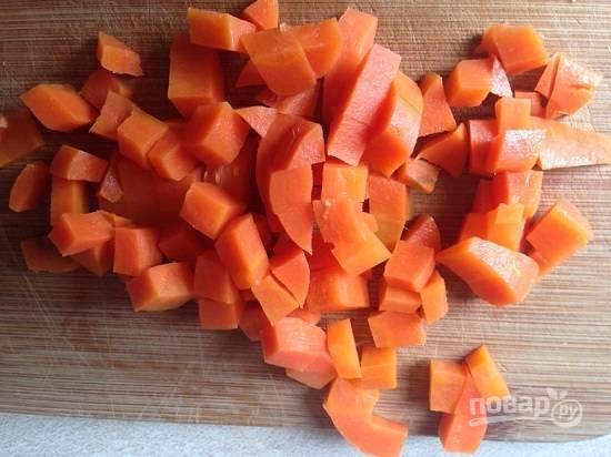 Нарезаем морковь.