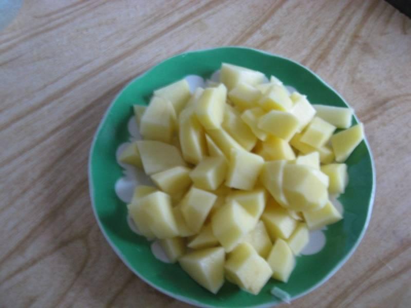 Овощи убираем с огня. Теперь режем на кубики картошку.