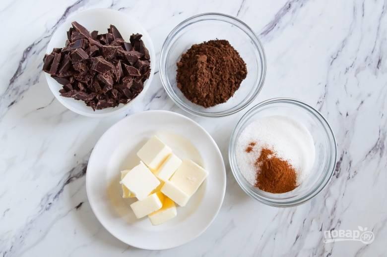 3. Смешайте масло, сахар, шоколад и корицу с помощью миксера.