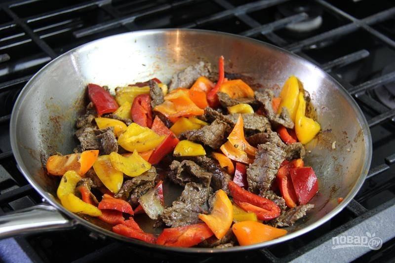 5. Когда мясо полуготово, добавьте сладкий перец на сковороду.