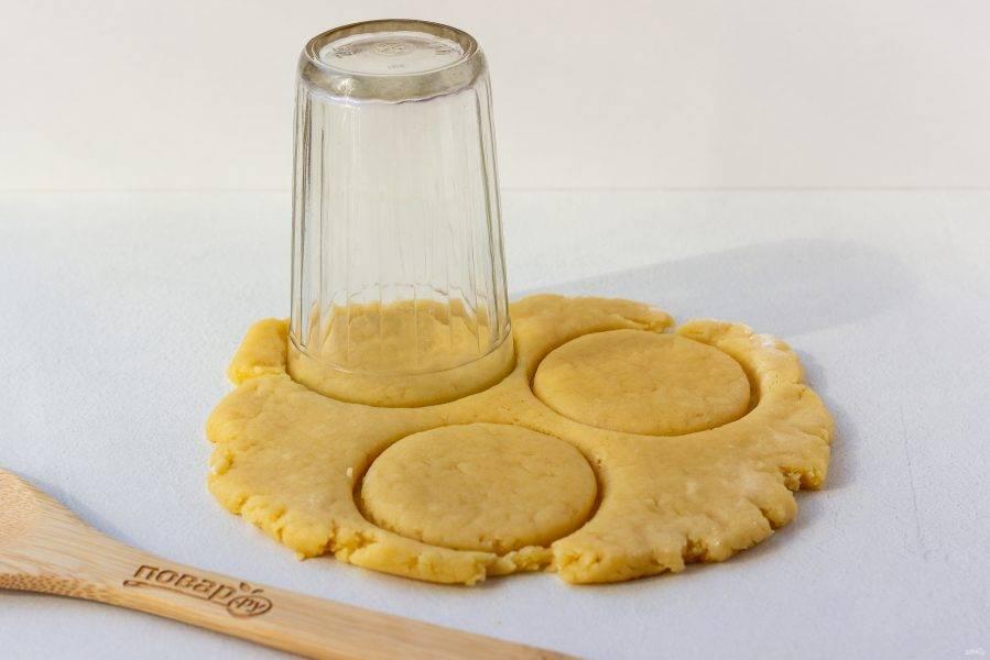 Вырежьте стаканом или вырубками заготовки для печенья.
