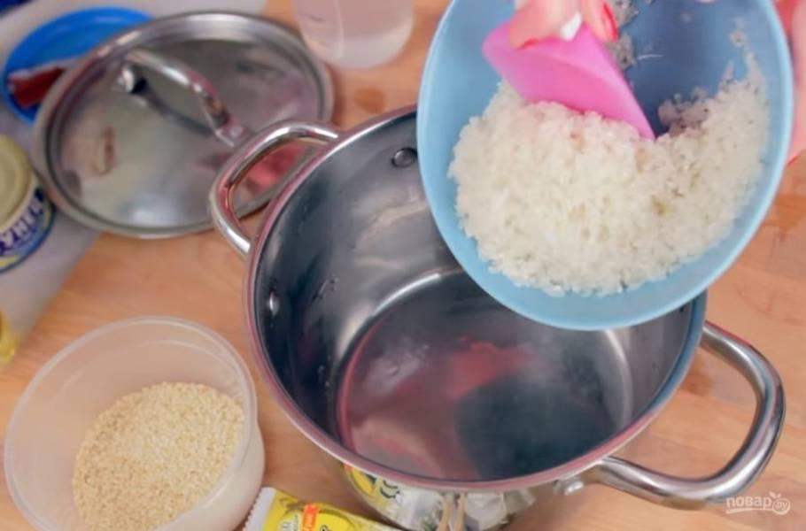 2. После этого поставьте рис на огонь и доведите до кипения. Затем уменьшите огонь и варите под крышкой 15 минут, не перемешивая. Далее отставьте рис и дайте ему постоять еще 15 минут.