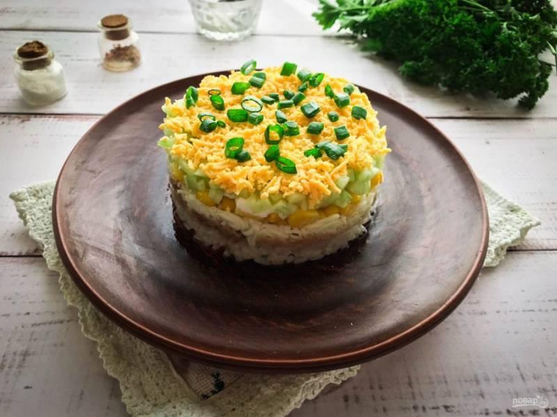 Украсьте салат зеленью и подавайте к столу. Приятного аппетита!