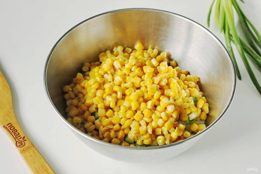 Добавьте кукурузу, предварительно слив с нее всю жидкость.