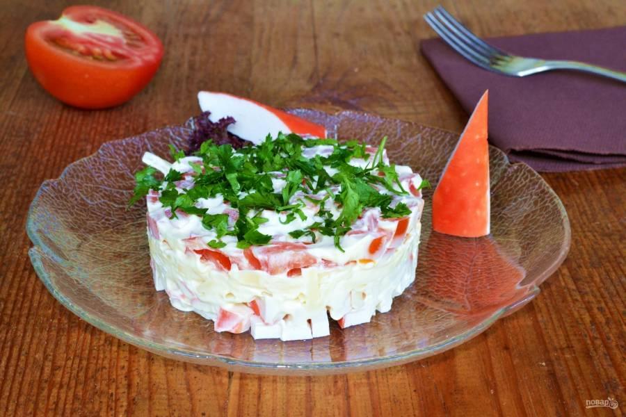 Слоеный салат с помидорами и крабовыми палочками