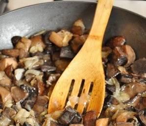 К готовым грибам добавляем обжаренный лук, перемешиваем.
