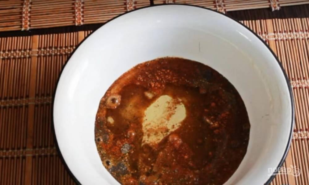Приготовьте маринад. Перец, соль и приправу для корейской моркови залейте уксусом, растительным маслом, томатным соком. Перемешайте.