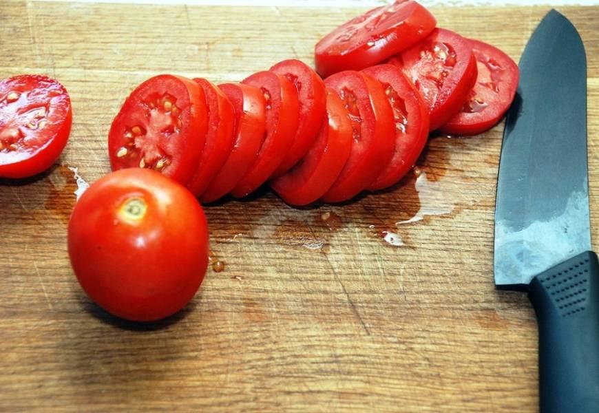 Порежьте помидоры кружками, толщиной около половины сантиметра.