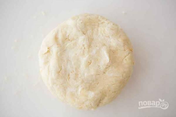 Выложите тесто на стол и месите руками. Если оно прилипает к рукам, посыпьте мукой. Оберните плотно пластиковой пленкой и охладите в холодильнике час. Если же вы готовите тесто заблаговременно, оберните его фольгой и заморозьте.