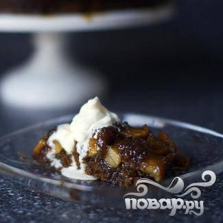 5. Подавать яблочный пирог теплым или холодным со взбитыми сливками.