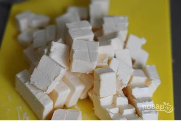 Сырки нарежьте мелкими кубиками.