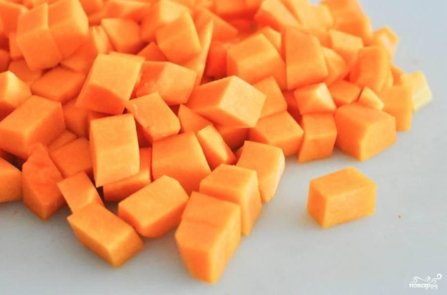 Тыкву чистим и нарезаем на небольшие кубики.