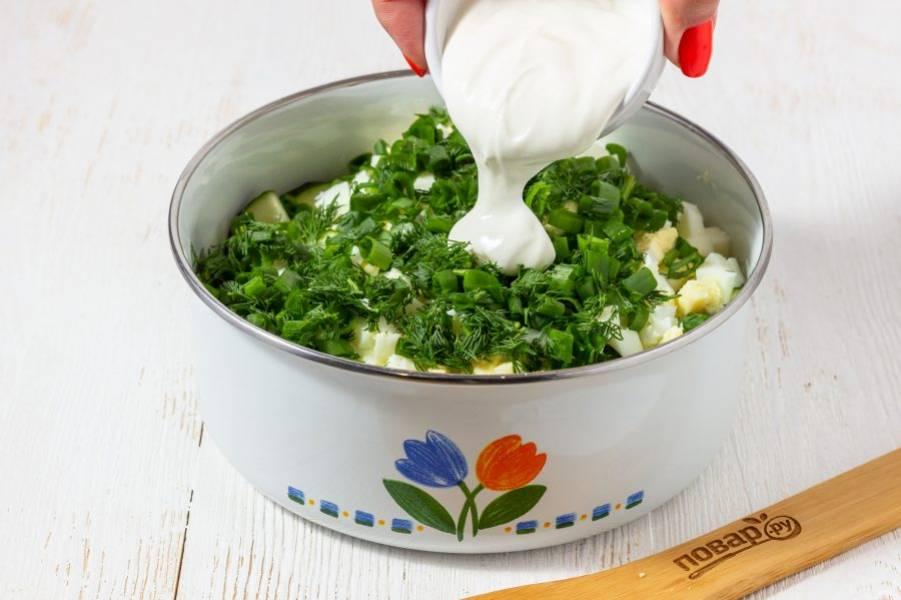 Заправьте салат сметаной и посолите по вкусу. Очень быстро и вкусно!