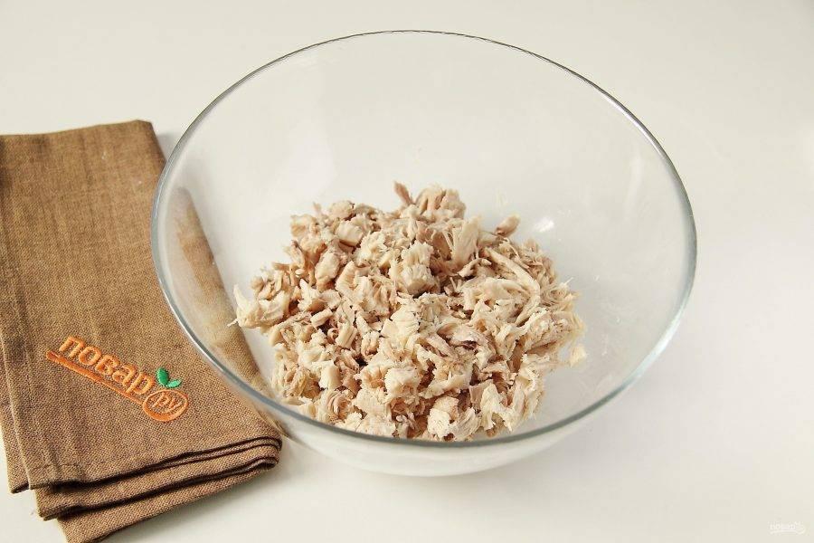 Куриное филе нарежьте небольшими кусочками или разберите на волокна. Переложите мясо в глубокую миску или салатник.