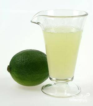 Непосредственно перед приготовлением коктейля выжмите сок лайма - это гарант правильного вкуса коктейля.