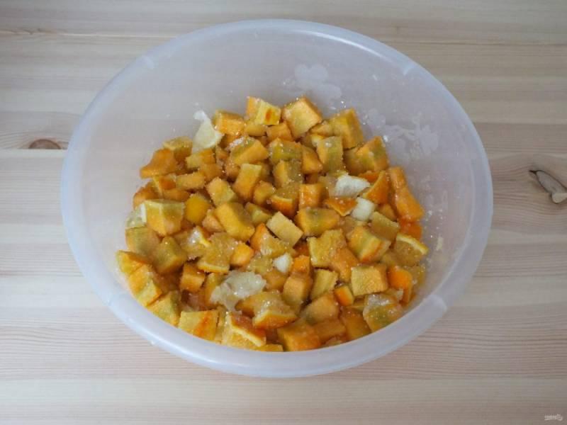 В глубокой чаше смешайте нарезанную тыкву, цитрусовые, сахар и лимонную кислоту. Перемешайте и уберите на сутки в холодильник.