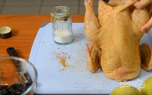 Тщательно промытую и обсушенную курицу натираем маслом, солью и специями. Можно оставить на час-полтора, пусть промаринуется.
