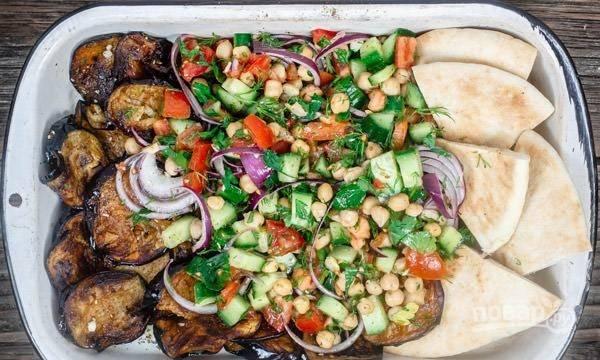 Подавайте салат с баклажанами, можете добавить питу. Приятного аппетита!