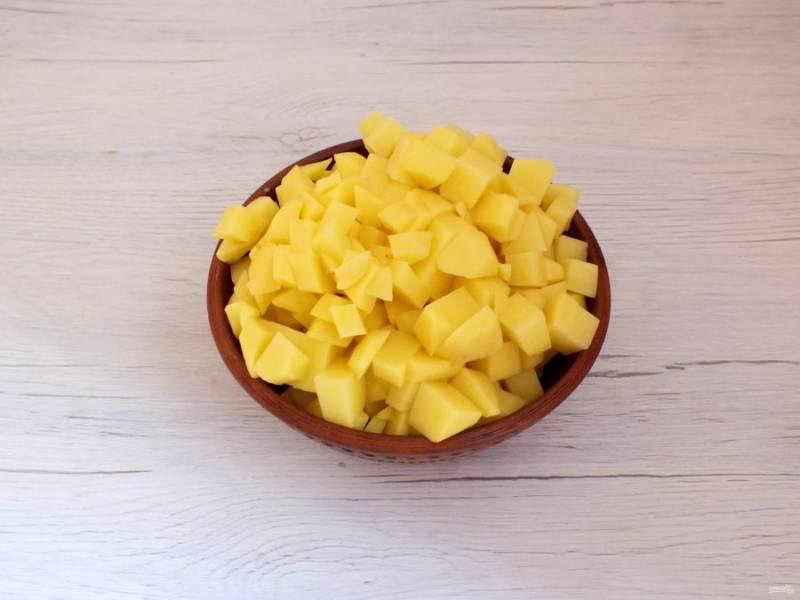 Почистите картофель и нарежьте средним кубиком.