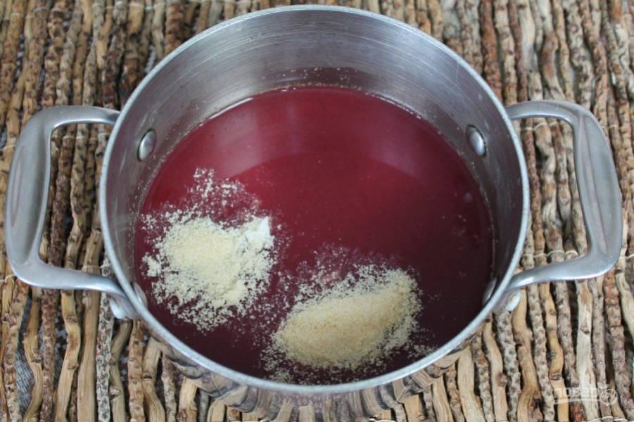 На 400 мл. виноградного сока добавляем 20 гр желатина и сахар. Перемешиваем и оставляем на 10 минут. Далее, ставим кастрюлю на огонь и разогреваем до температуры 70-80 градусов, непрерывно помешивая.