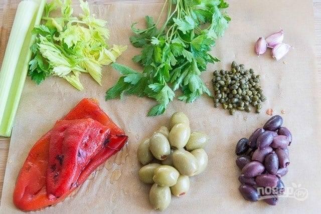 1. Подготовьте маслины, оливки, каперсы, овощи, зелень.