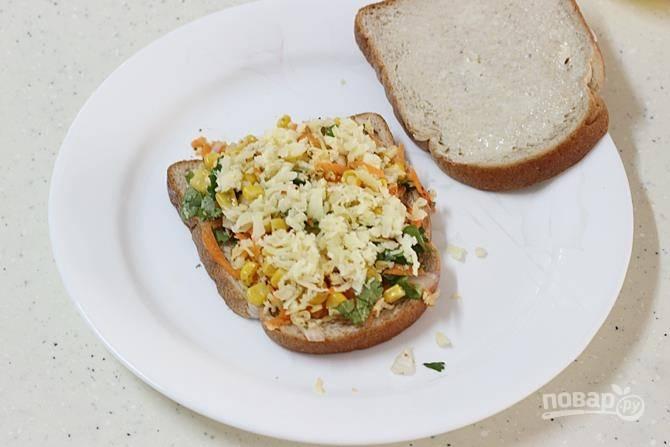 Каждый кусочек хлеба смажьте маслом и выложите начинку на 4 кусочка хлеба.