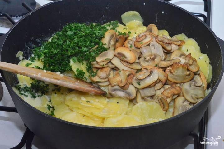 Промойте и мелко нарубите петрушку. Всыпьте её к картофелю. И также добавьте грибы. Всё перемешайте и тушите до готовности.