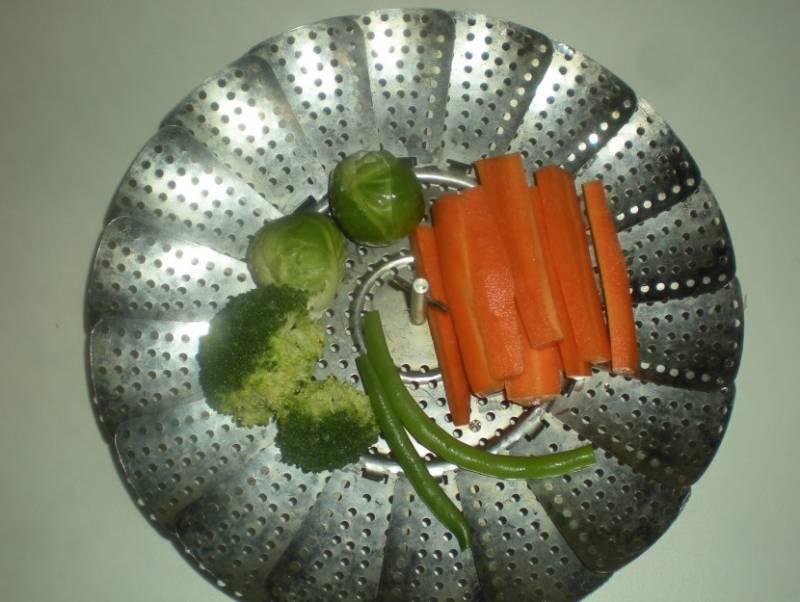 Овощи готовим в пароварке.