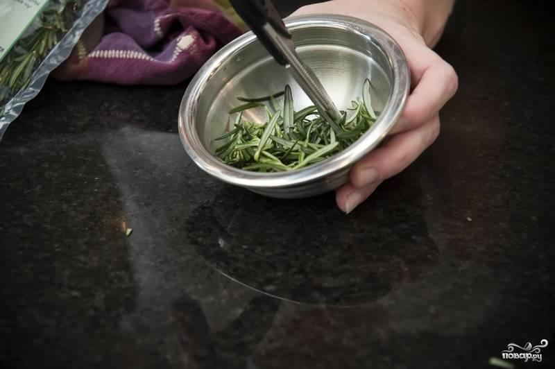 4. Если вы располагаете свежим розмарином и шалфеем, то промойте и измельчите приправы ножницами. В противном случае используйте сушеные.