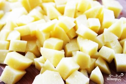 Картофель нарежем красивыми кубиками.