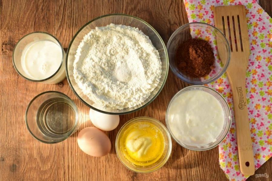 Подготовьте необходимые продукты для теста. Муку и разрыхлитель просейте, соедините с сахаром и солью, сливочное масло растопите.