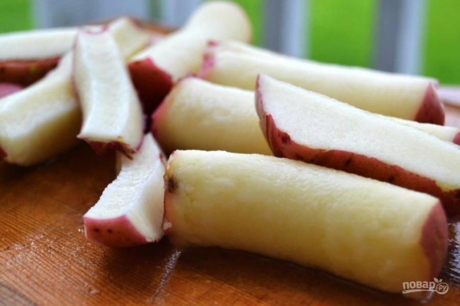 2.Разрежьте картофель на кусочки, можно это сделать с помощью устройства для резки яблок.