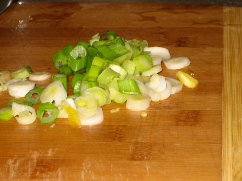 2. Зеленый лук вымыть, просушить и измельчить. Также можно добавить половинку репчатого лука.