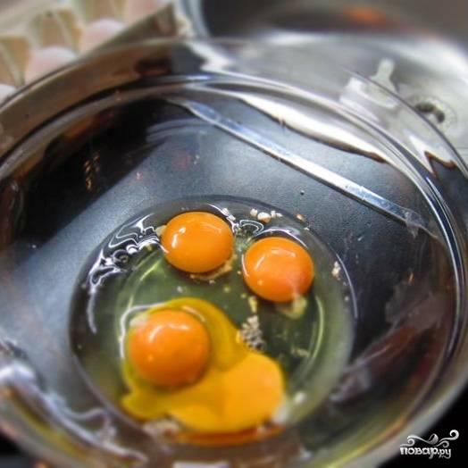 Берем емкость, в которой будем замешивать тесто. Разбиваем туда яйца, добавляем соль,сахар и соду.