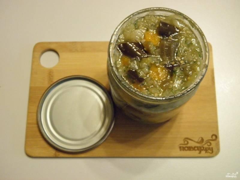 Готовую солянку с баклажанами и капустой разложите по стерильны баночкам и закатайте. Храните в прохладном месте.