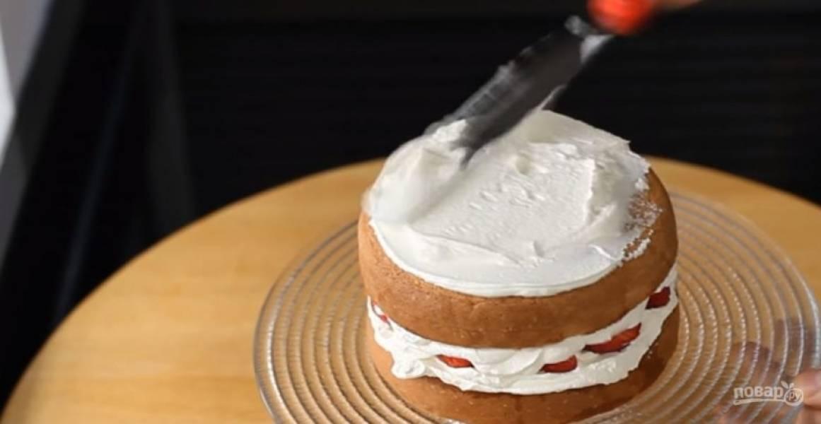 4. Пропитайте бисквит сахарным сиропом (сахар растворите в воде в равных пропорциях). Смажьте коржи взбитыми сливками и выложите фрукты.