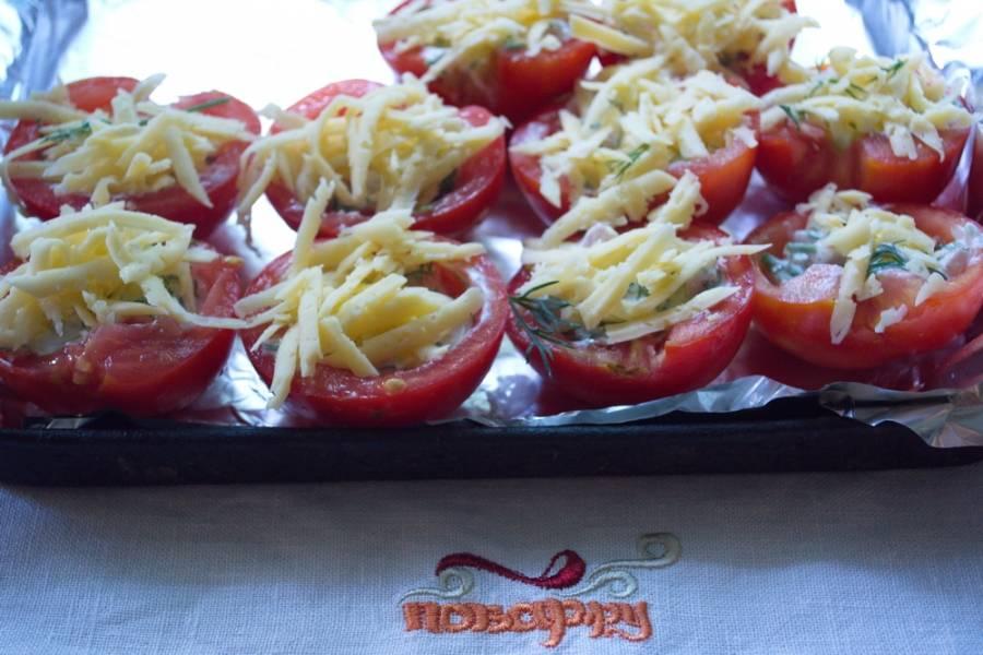 Натрите на терке твердый сыр. Посыпьте сверху каждый помидор.