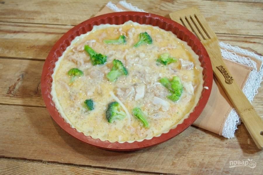 Смешайте 1 стакан молока и 2 яйца. Добавьте соль и специи. Полученную массу вылейте на пирог так, чтобы она не вышла за пределы теста.