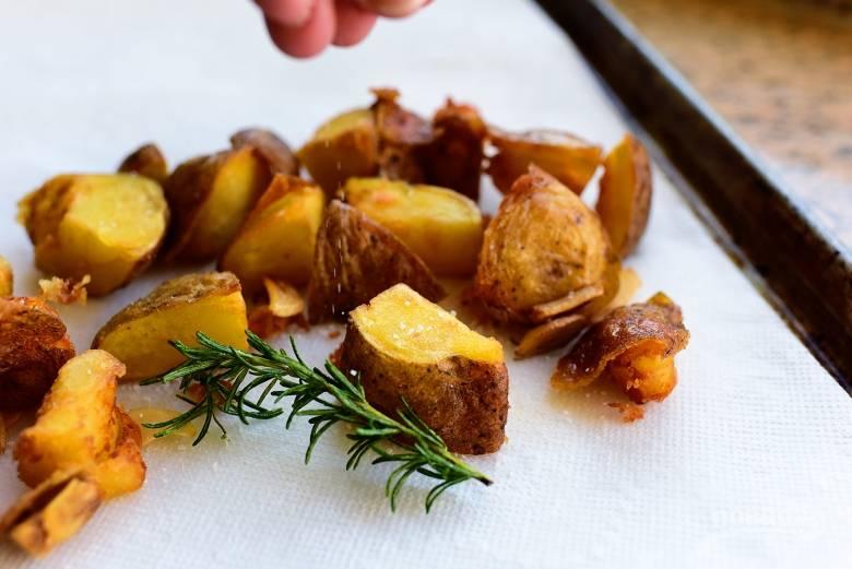 6. Удалите лишний жир с картошки и подавайте ее к столу.