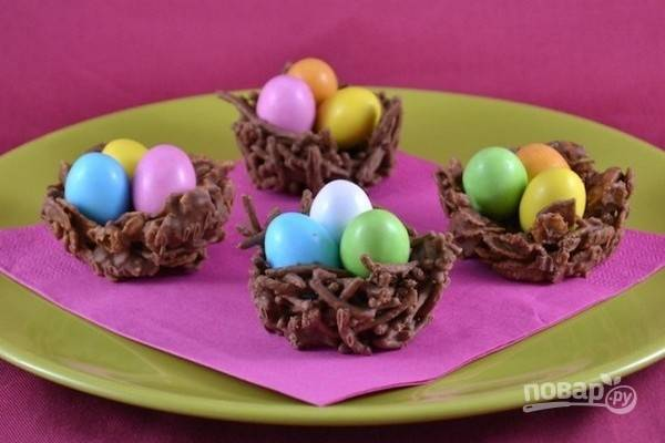 19.Маленькие цветные шоколадные яйца можно подать на десерт в шоколадных корзиночках.