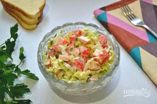 7. Всего каких-то 10-15 минут и вкусненький легкий салатик готов к подаче. Приятного аппетита!