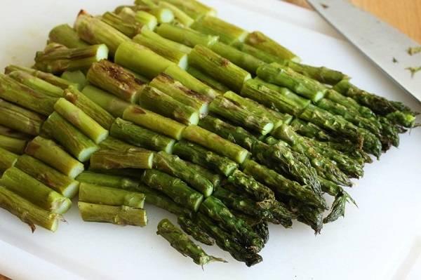 1. Спаржу можно приготовить на гриле, подсолив и поперчив, в также взбрызнув оливковым маслом, или отварить в подсоленной воде. Нарезать на 4-5 частей.
