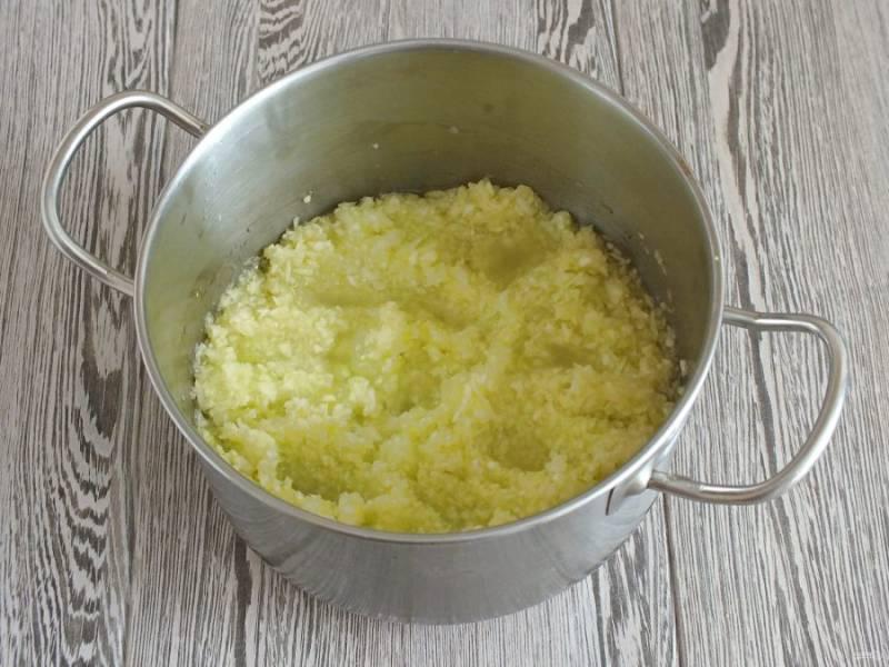 В кастрюле с толстым дном разогрейте оставшуюся половину стакана растительного масла. Выложите измельченные кабачки. С момента закипания варите 10 минут.